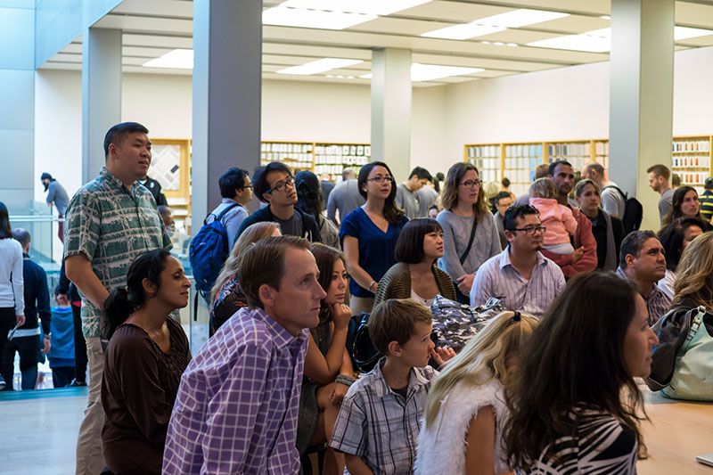 San Francisco Apple Store crowd